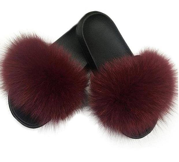 بیشتر مدل دمپایی را میتوان برای فصل گرما استفاده کرد. ولی برخی از مدلهای دمپایی از جنسهای گرم مانند خز و پشم ساخته میشوند که علاوه بر خاص بودنشان تنها در هوای سرد قابل پوشیدن هستند.