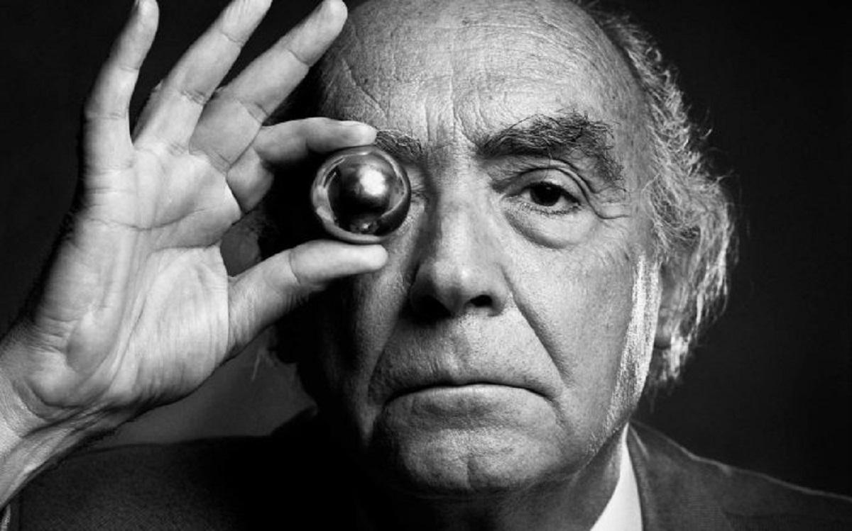 ژوزه ساراماگو متولد ۱۶ نوامبر ۱۹۲۲ است که در تاریخ ۱۸ ژوئن ۲۰۱۰ در اسپانیا درگذشت. ساراماگو نویسندهی پرتغالی است. او در دهکدهی کوچکی در لیسبون پرتغال در خانوادهای کشاورز متولد شد. وی بیشتر ایام کودکیاش را در روستا در کنار پدربزرگ و مادربزرگ مادریاش گذراند که طبق گفتهی خودش همان دوران تأثیر بسیار زیادی بر آثار وی داشت.