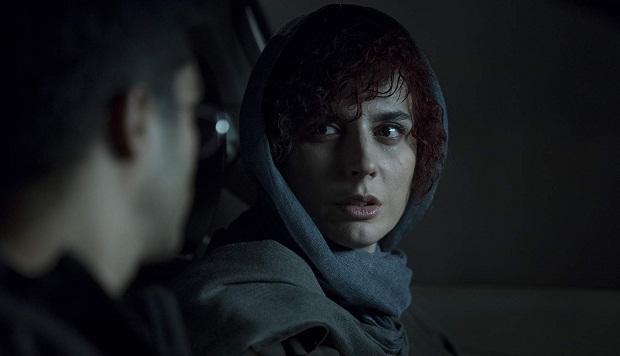 آناهیتا (لیلا حاتمی) که شخصیت اصلی داستان است، برای رسیدن به اهدافش، مردان پیرامونش را بازی میدهد و از آنها به نوعی سواستفاده میکند.
