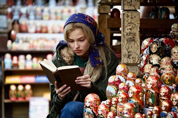 آنا پولیتاوا با بازی ساشا لوس Sasha Luss معتاد مواد مخدر، به فروش عروسکهای خیمه شب بازی در بازار محلی مسکو مشغول است و در وضعیت روحی و فیزیکی خوبی به سر نمیبرد و زندگی سختی را میگذارند.