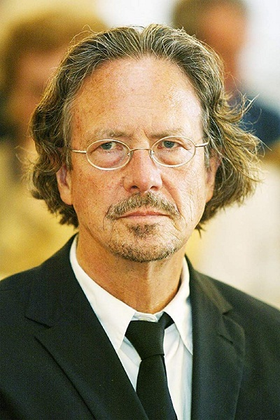 پیتر هانتکه تا به کنون جوایز ادبی بسیاری را بدست آورده که از مهم ترین آنها میتوان به جایزه نوبل در سال ۲۰۱۹، جایزه فرانتز کافکا در سال ۲۰۰۹ و جایزه گئورک بوشنر در سال ۱۹۷۳ اشاره نمود.