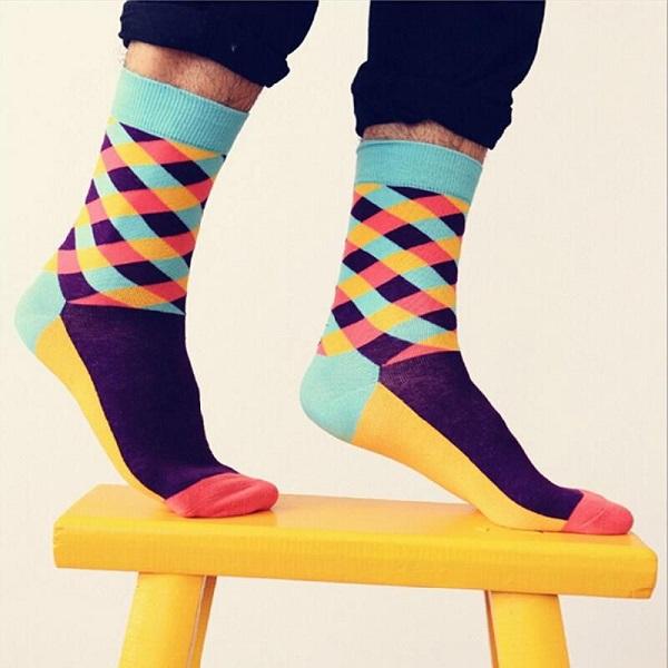جورابهای متوسط در رنگهای گوناگون و طرحهای گرافیکی مختلف وجود دارند. این جورابها بیشتر به همراه تیپهای کژوآل و یا غیر رسمی پوشیده میشوند.
