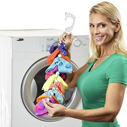 استفاده از آویز مخصوص جورابها برای قرار دادن آنها درون ماشین لباسشویی