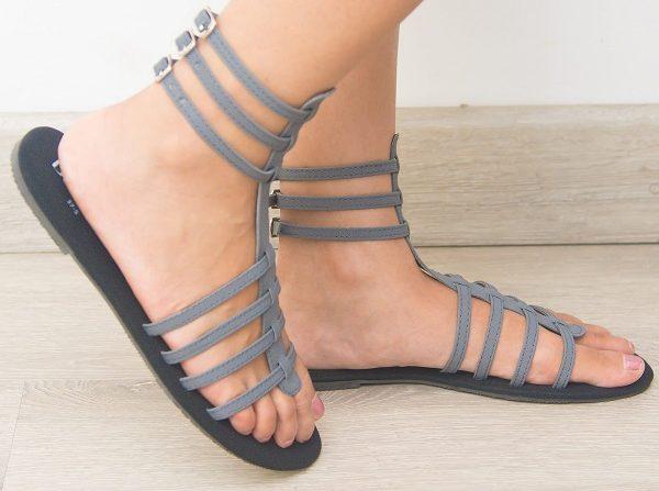 قبل از استفاده از هر مدل صندل گلادیاتور پاهایتان را کاملا بشویید و از لوسیونهای پا استفاده کنید تا پوست شفاف و تمیزتری داشته باشد