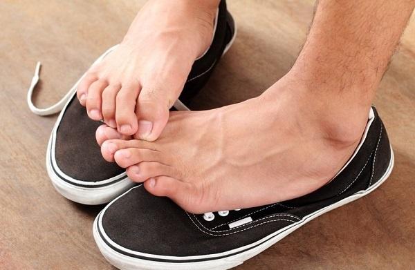 گاهی پوشیدن جوراب باعث تشدید عرق پاها و بوی بد پا میشود.
