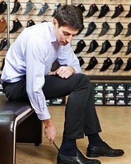 بهتراست رنگ جورابهای رسمی هم رنگ یا کمی تیره تر از رنگ شلوارتان باشد.