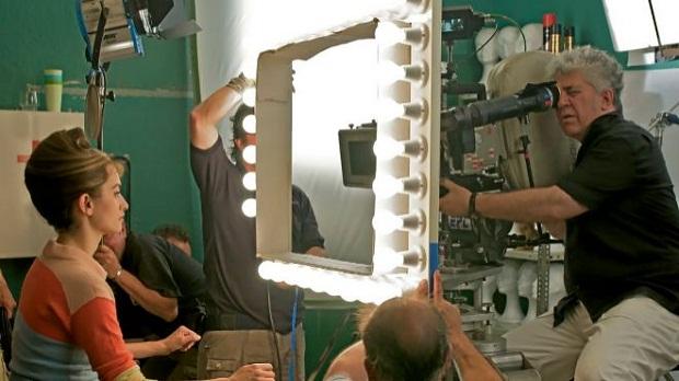 در فیلم Pain and Glory مخاطب شاهد نشانگان پیشین سینمای پدرو آلمادوار نیز میباشد. یکی از مولفههای این سینماگر، رنگ است. رنگ در آثار آلمادوار اهمیت بسیاری دارد.