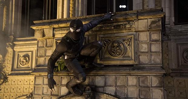 از دیگر پیشرفتهای جذابی که در مورد فیلم Spider-Man: Far From Home قابل اشاره است. لباس مرد عنکبوتی و مجهز شدن آن به تکنولوژیهای استارک است که هم از لحاظ بصری جذاب است و هم متنوع است.