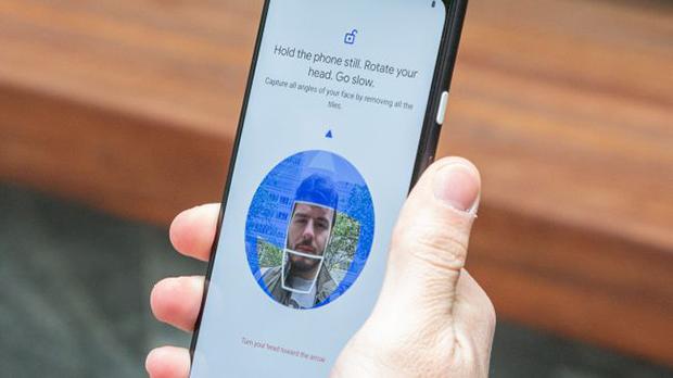 ویژگی قفل صورت Google شبیه به Face ID در iPhone Pro است و حتی بهتر از آن. میتوانید قفل صفحه را در حالت افقی و حتی با چشمان بسته باز کنید.
