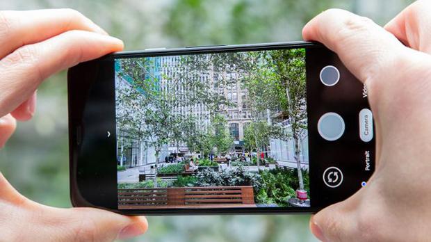 Live HDR+ ویژگی جدیدی است که به کاربران امکان میدهد قبل از گرفتن عکس، پردازش HDR+ را در برنامه دوربین مشاهده کنند تا قبل از عکس، سایهها و نکات برجسته را به سلیقه خود تنظیم کنند.