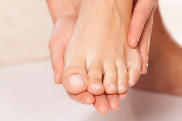 مراقبت از ناخنها و همیشه کوتاه نگه داشتن آنها در سالم ماندن جورابها بسیار موثر است.
