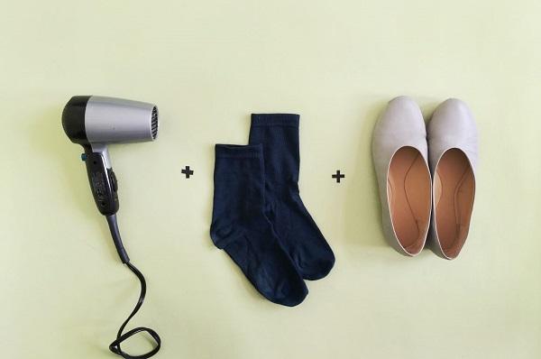 برای جا افتادن پا درون کفش از کفشتان را کمی خیس کرده و به آن سشوار بگیرید، سپس تا زمان سرد شدن آن را پوشیده و در داخل خانه راه بروید.