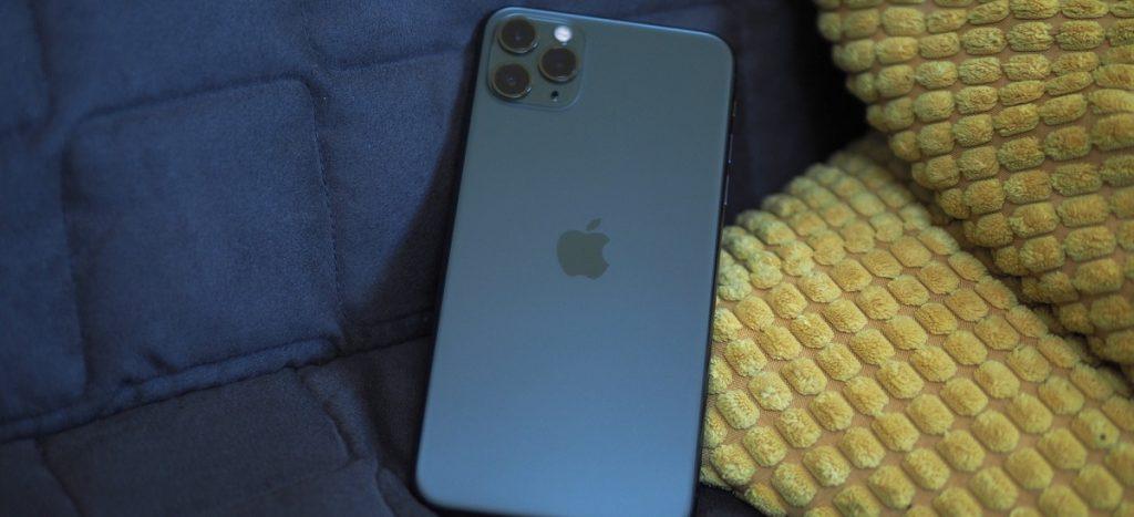 تغییری که در نرم افزار و سیستم عامل آیفون ۱۱ پرو به وجود آمده است. از دیگر تفاوتهای این گوشی با آیفون XS است. کمپانی اپل، همانطور که آخرین نسخه تراشه A13 Bionic را در آیفون ۱۱ پرو استفاده کرده است. از سیستم عامل iOS 13 هم بر روی این گوشی استفاده کرده. بنابراین سیستم عامل آیفون ۱۱ پرو پیشرفته تر و قوی تر از سیستم عامل آیفون XS است.