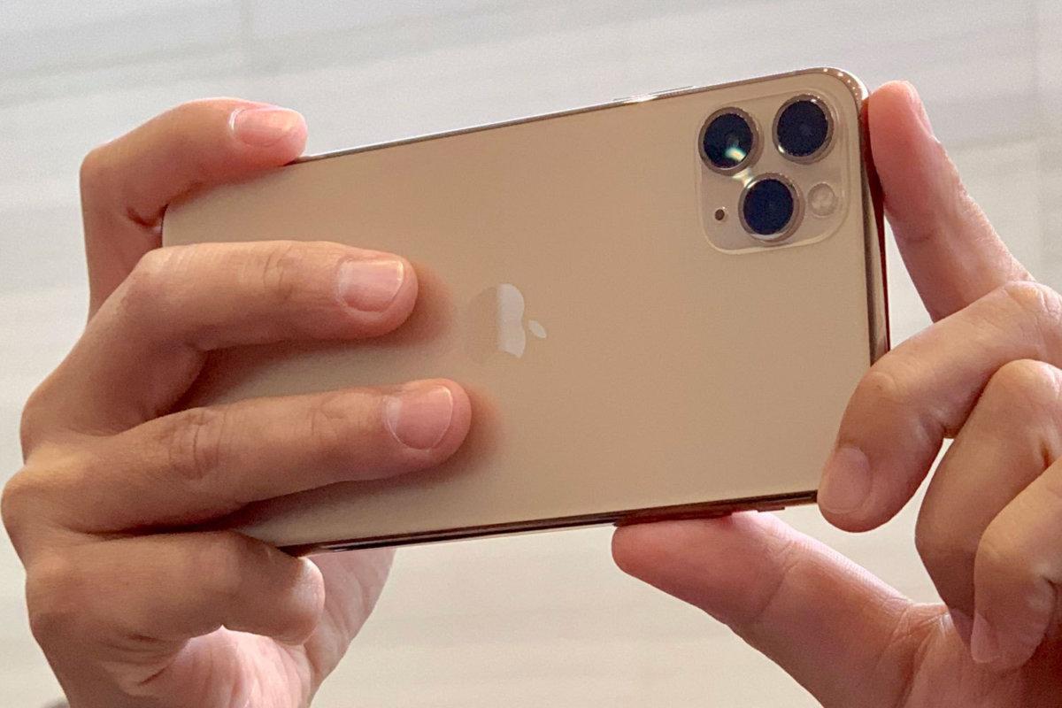 در انتهای مقایسه آیفون ۱۱ پرو مکس با نوت ۱۰ پلاس از نظر دوربین، به قسمت دوربین سلفی میرسیم. در مجموع دوربین سلفی آیفون از نظر ثبت جزئیات، نور و رنگ کمی بهتر از گلکسی نوت ۱۰ پلاس عمل میکند. با وجود دوربین TOF، پرترههای آیفون ۱۱ پرو مکس بهتر از نوت ۱۰ پلاس میباشند. حالت زیباسازی چهره در هر دو گوشی به خوبی انجام میپذیرد، اما در این قسمت هم کار آیفون کمی بهتر از رقیب است.