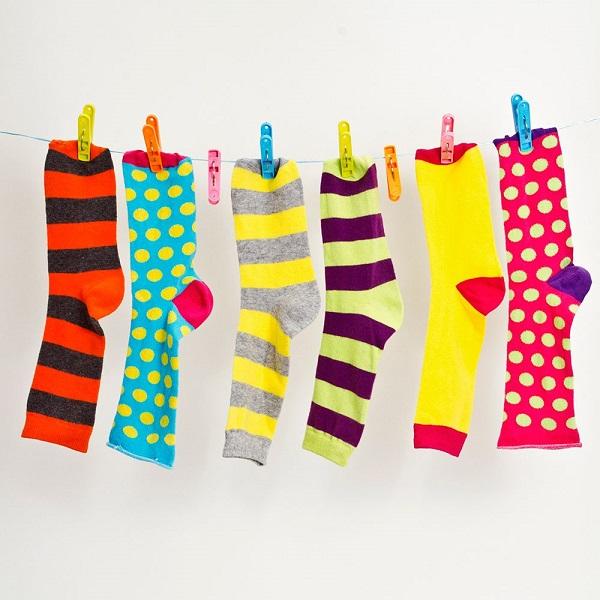 خشک کردن جورابها در دمای طبیعی هوا آسیب کمتری به بافت آن وارد میکند.