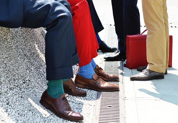 بعضی در پوشیدن جورابهای رنگارنگ هیچ قاعدهای را رعایت نمیکنند. در این صورت ممکن است ظاهرتان کمی عجیب نشان دهد. اما خوب است بدانید رعایت نکات لازم در پوشیدن جورابهای رنگارنگ ظاهرتان را دلپذیر تر میکند.