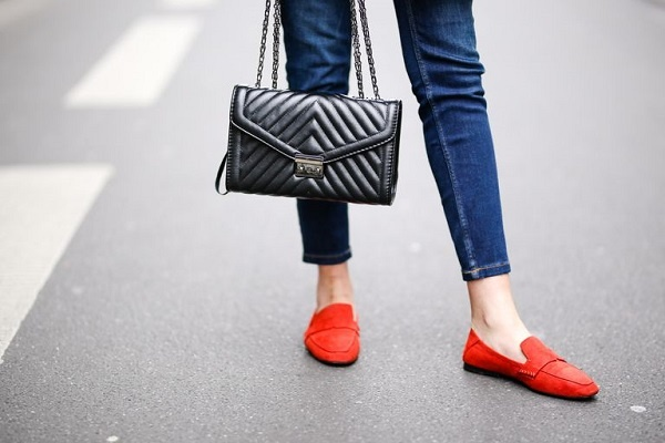 به همراه شلوار جین جذب جوراب نپوشید.