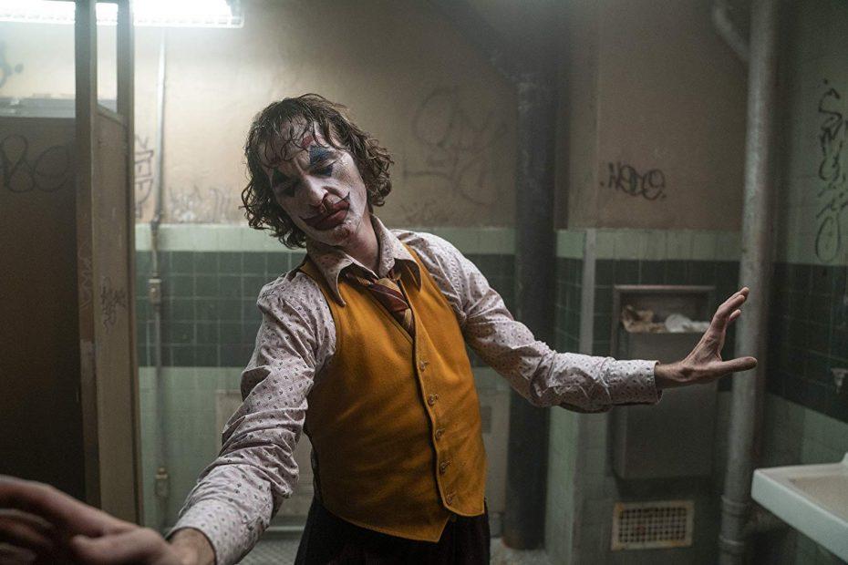 اگر چه جوکر در این فیلم از تعداد انگشتهای یک دست کمتر آدم میکشد اما خشونت ذاتی فلسفیِ نهفته در ترکیدن این بغضها باعث شده است که به شکل باور نکردنی منتقدان خشونت این فیلم را به باد انتقاد بگیرند