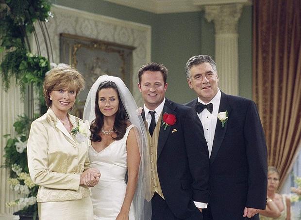 اگرچه سریال Friends همیشه در جایگاه مقایسه با Seinfeld قرار میگیرد اما به عنوان بهترین مجموعهی تلویزیونی دهه نود بعد از این سریال شناخته میشود.