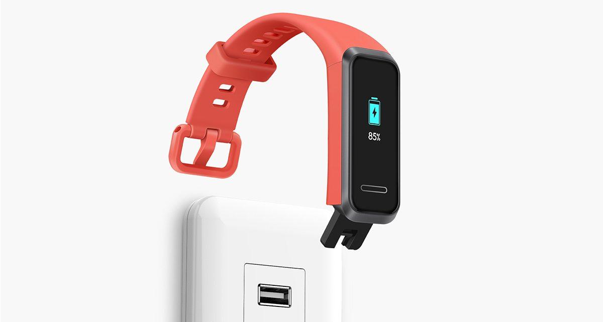 هواوی بند ۴ مجهز به یک باتری ۹۱ میلی آمپر ساعتی است که بنا به ادعای هواوی میتواند تا ۷ الی ۹ روز مقاومت کند. و از طریق کابل USB-A بدون هیچگونه کابل شارژ میشود.