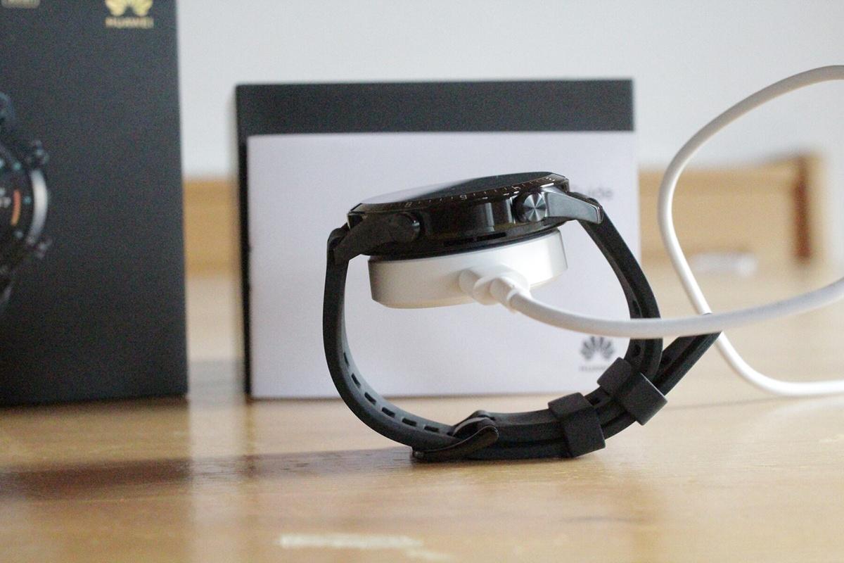 شارژر Watch GT 2 به صورت یک سکه در زیر بدنه قرار میگیرد و برای شارژ کامل به 2 ساعت زمان نیاز دارد.