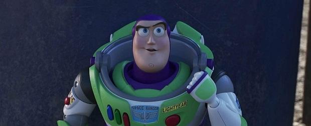 داستان اسباب بازی اولین انیمیشن بلند کمپانی پیکسار، از جایی شروع شد که اندی Andy، پسر بچه ۶ سالهای که صاحب عروسکها است، در جشن تولدش یک تکاور فضایی به نام باز لایتیر Buzz Lightyear هدیه میگیرد.