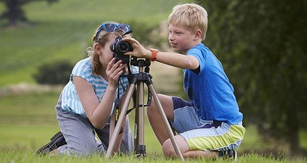 برای شروع آموزش عکاسی به کودکان بهترین روش و راه استفاده از دوربینهای معمولی است.