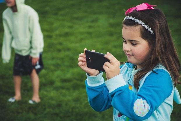 بنابراین بهتر است به جایی اینکه گوشی و یا تبلت را در اختیار کودکان قرار دهیم تا با آن بازی کنند و سرگرم شوند. میتوان با استفاده از این ابزارها عکاسی را به کودکان آموزش داد.