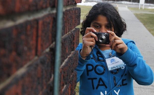 وقتی کودک عکسی را ثبت میکند، که سوژه اصلی در مرکز عکس قرار ندارد، در این صورت دوربین به صورت خودکار بر روی سوژه اصلی فوکوس نمیکند.