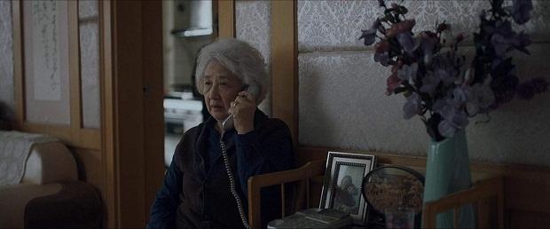 با کاتهای پی در پی از مکالمه تلفنی نی نی (مادربزرگ) و بیلی (نوه اش) که یکی در چین و دیگری در امریکاست، این شرقی و غربی خود را بیش از پیش نشان میدهد.