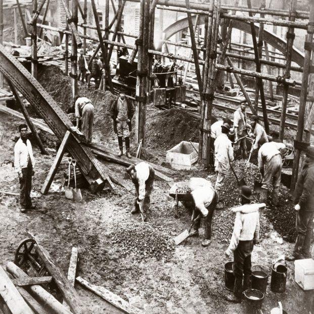 عملیات ساختمانی و بتن ریزی در گذشته کار بسیار طاقت فرسایی بوده